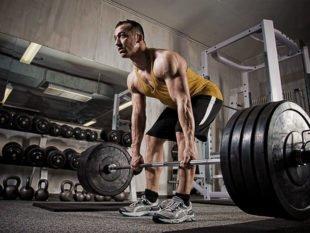 Одним из главных базовых упражнений в бодибилдинге считается становая тяга, целью которой является формирование каркаса спины и рост показателей силы. Она незаменима в периоды силовых циклов. Ее эффективность несомненна: задействованными оказываются все основные мышечные массивы, что стимулирует наращивание мышечной массы.