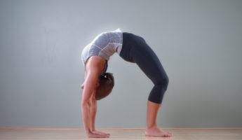 Чакрасана (Поза Колеса) в йоге: техника, значение и польза