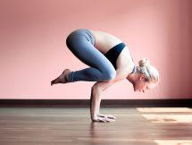 http://krasota-zdorove.com/yoga-dly-novichkov/kak-nachat-zanimatsya-jogoj-doma-s-nulya.html