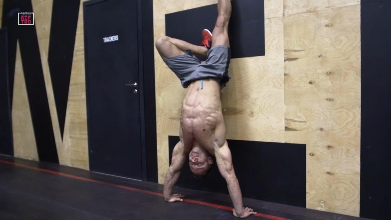 Забрасывание ног на стену