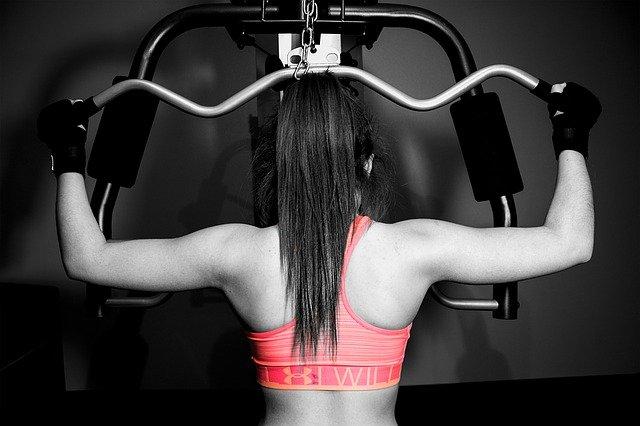Тренировка в тренажерном зале для начинающих девушек