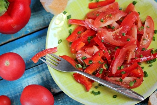 Салат с перцем и помидорами