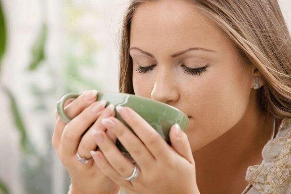 Пьет зеленый кофе