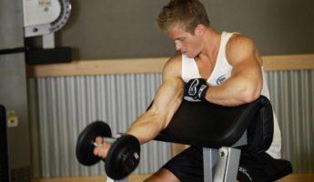 Упражнение на скамье Скотта одной рукой